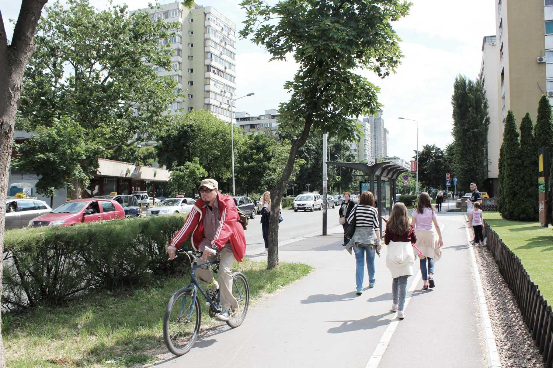 Foto Block 1 Novi-Belgrad Blick von der Fußgänger- und Radwegzone auf die Straße