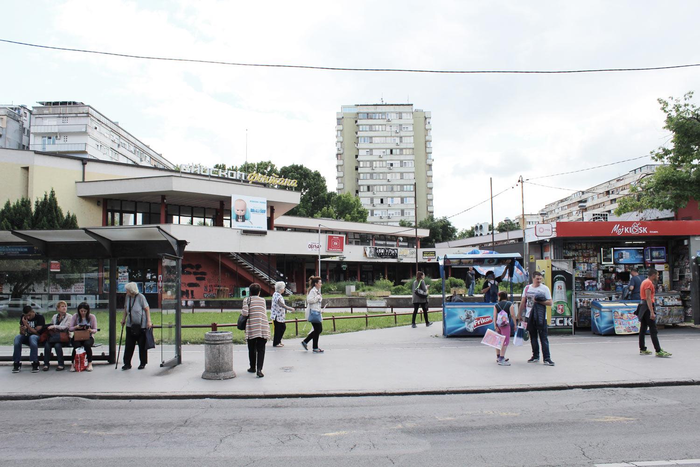 Foto Block 1 Novi-Belgrad Einkaufszentrum und dahinter Wohnblöcke