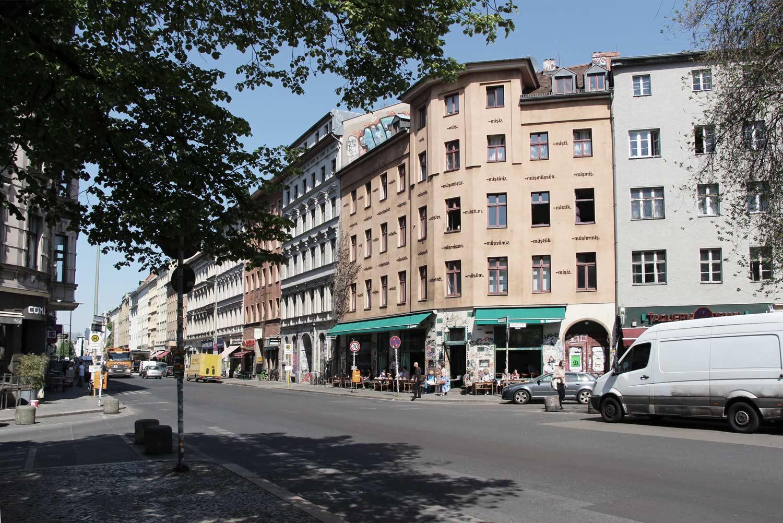 Foto Berlin-Kreuzberg Blick in die Straße mit einer Blockrandbebauung