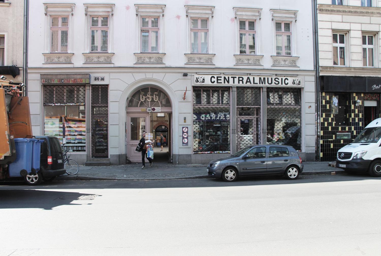 Foto Berlin-Kreuzberg Erdgeschoßzone einer Blockrandbebauung