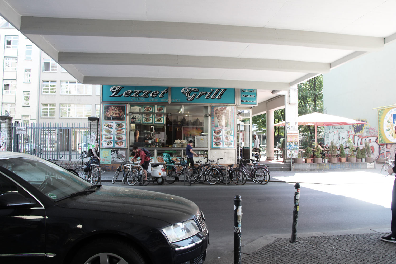 Foto Berlin-Kreuzberg Durchfahrtsbereich mit Imbissladen