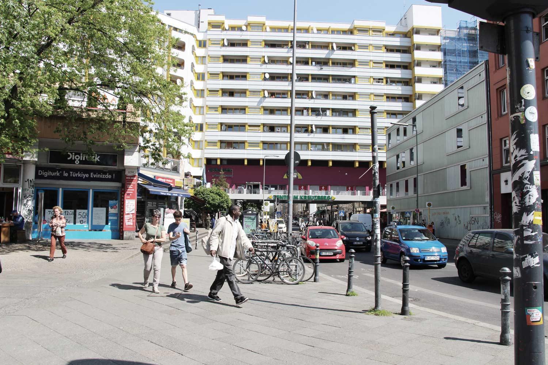 Foto Berlin-Kreuzberg Blick in die Straße Richtung Durchfahrt eines Wohnblocks