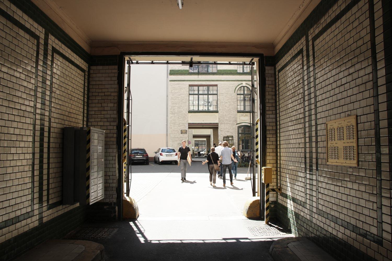 Foto Berlin-Kreuzberg Durchgang zu einem öffentlich zugänglichen Innenhof