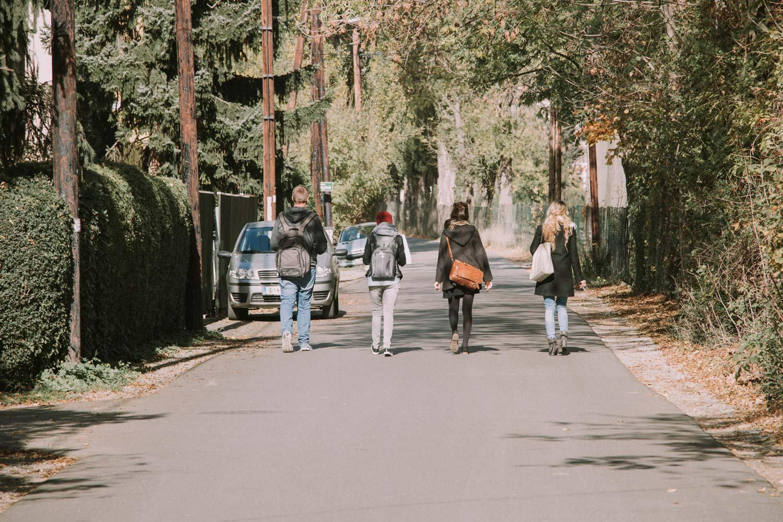 Foto mit Studierenden die im Areal von Reininghaus unterwegs sind