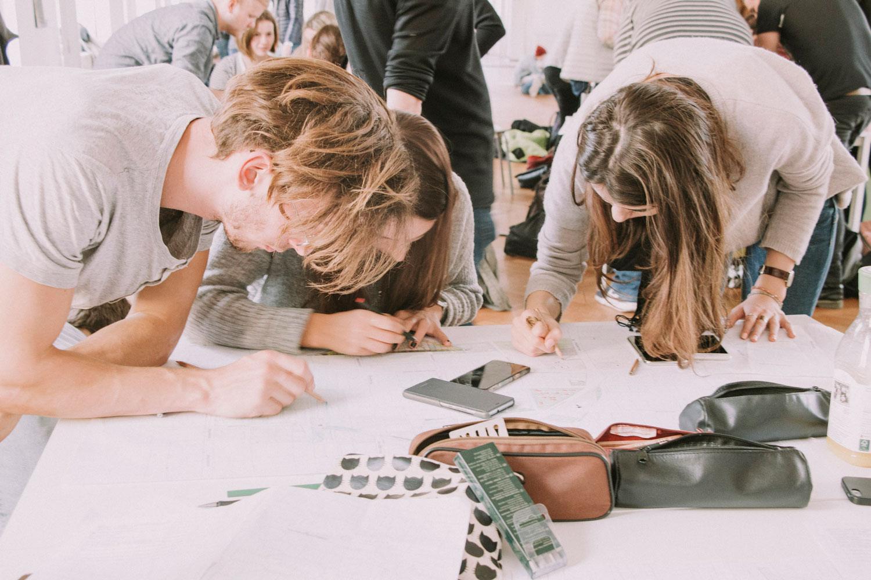 Studierende in Reininghaus bei der Erstellung von subjektiven Stadtplänen