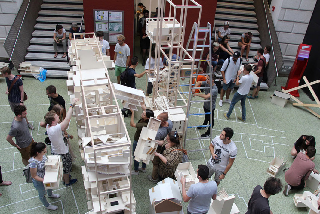 Foto vom Aufbau des Wohnbaumodells