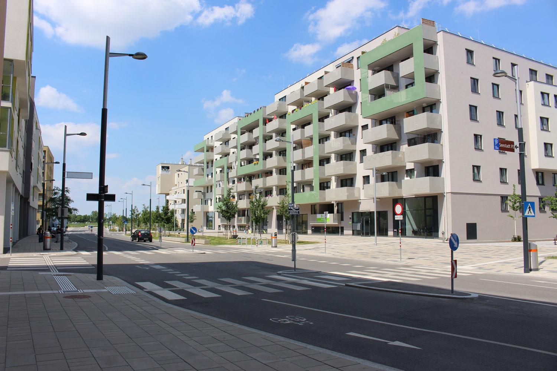 Foto Seestadt Aspern mit Blick entlang der Straße