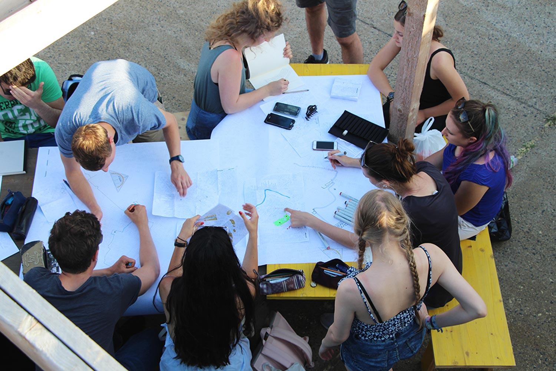 Foto von unseren Studierenden im mobilen Stadtlabor Wien