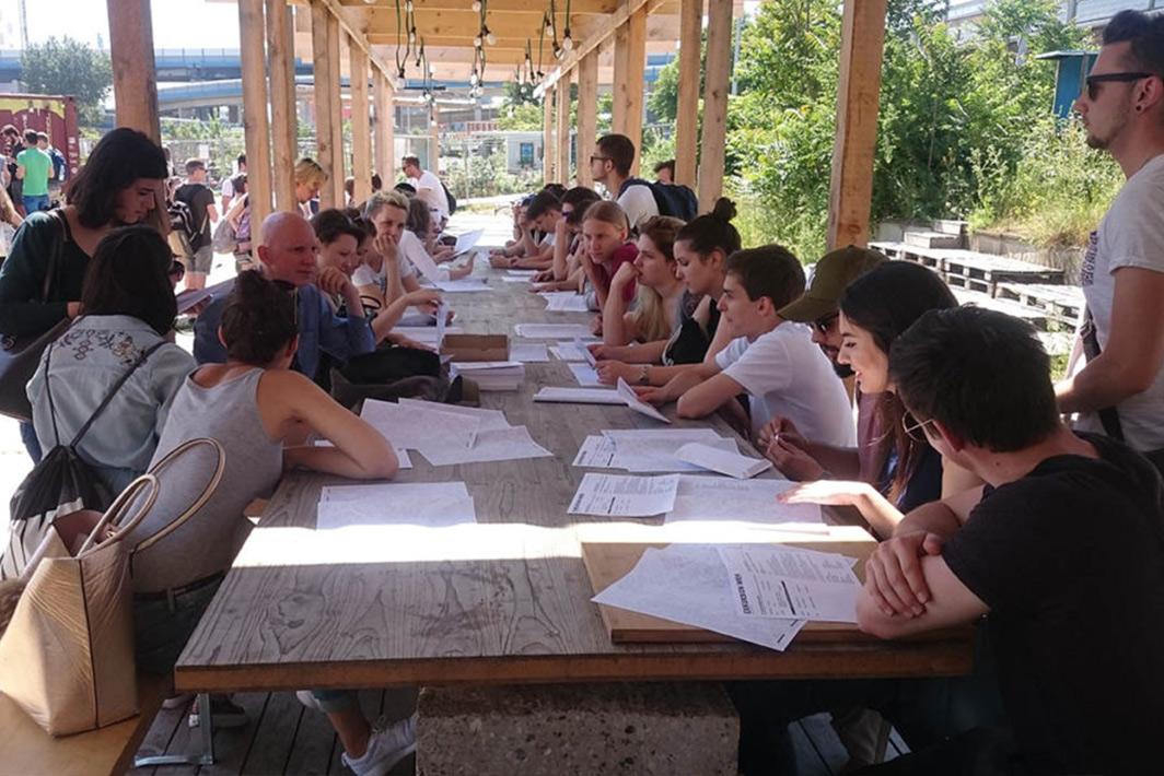Foto von unseren Studierenden bei der Arbeit im mobilen Stadtlabor Wien
